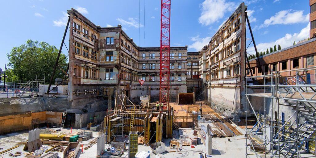 При реконструкции осуществляется замена или восстановление несущих конструкций, либо изменений основных характеристик здания.