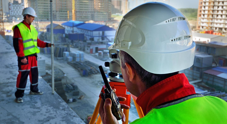 На стадии инженерных изысканий специалисты изучают участок. состояние грунта, места расположения коммуникаций