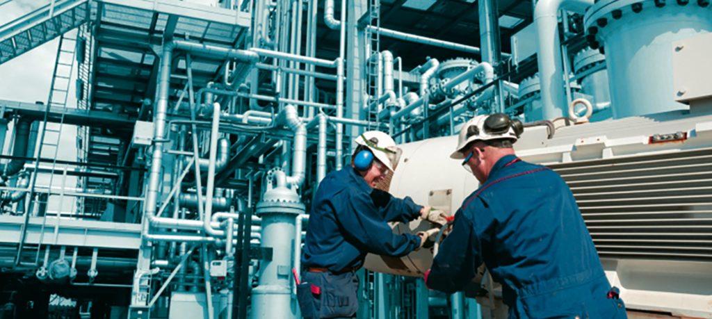 Специалисты ведут обследование при подготовке к экспертизе промышленной безопасности
