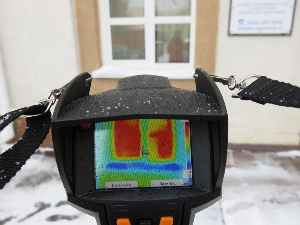 Съемка ведется снаружи и внутри здания, так как тепловизионное обследование основано на разницах температур