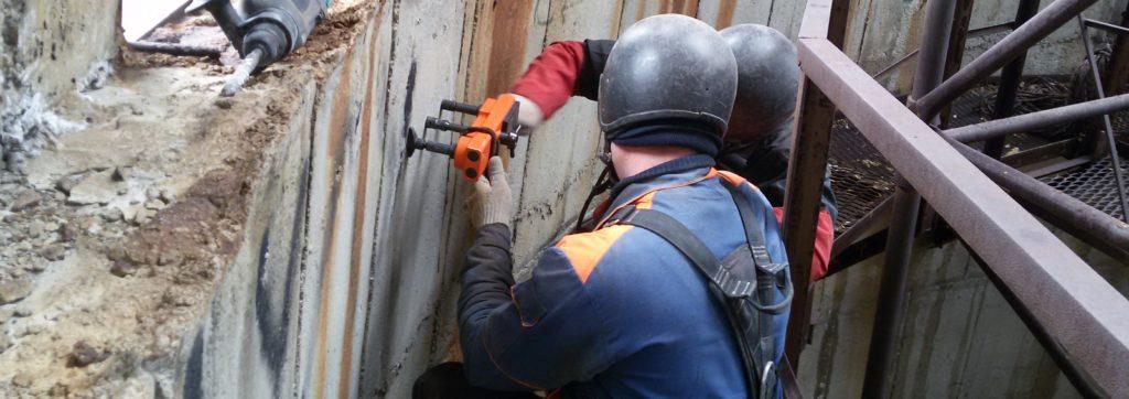 Специалисты проводят обследование незавершенного строительства перед оценкой