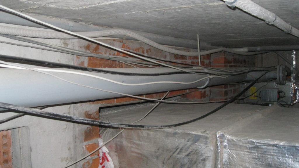 Технический этаж используется для размещения инженерного оборудования, но может быть вообще свободным от любых коммуникаций