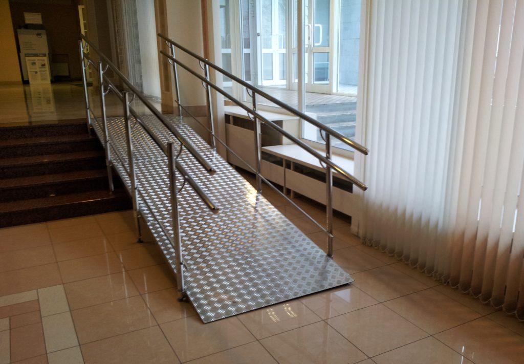 Пандусы нужно устанавливаться и во внутренних зонах зданий для беспрепятственного передвижения по лестницам