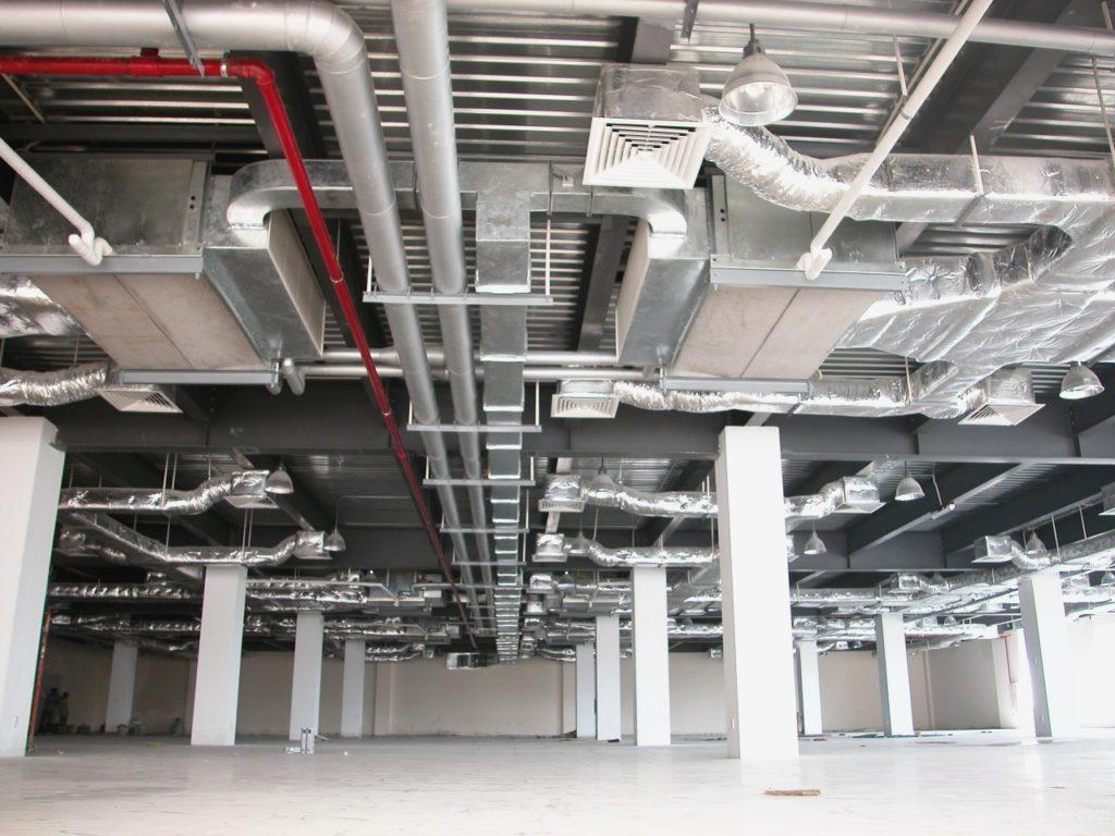 Так как для эксплуатации здания важен каждый метр площади, для размещения вентиляции выбираются оптимальные решения