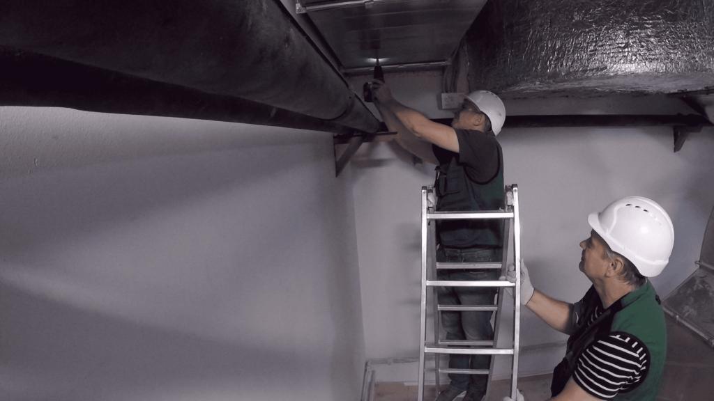 Специалисты проводят обследование системы вентиляции перед проектированием