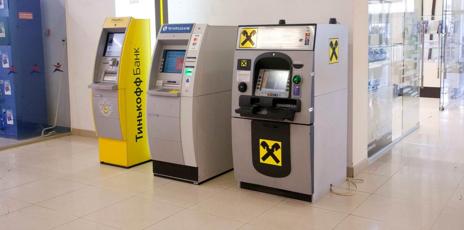 Под банкоматы, устанавливаемые в ТЦ и ТРК, также оформляются договоры аренды на часть помещения. Для этого достаточно выделить и описать 1-2 кв.м., а возводить капитальные конструкции не нужно.