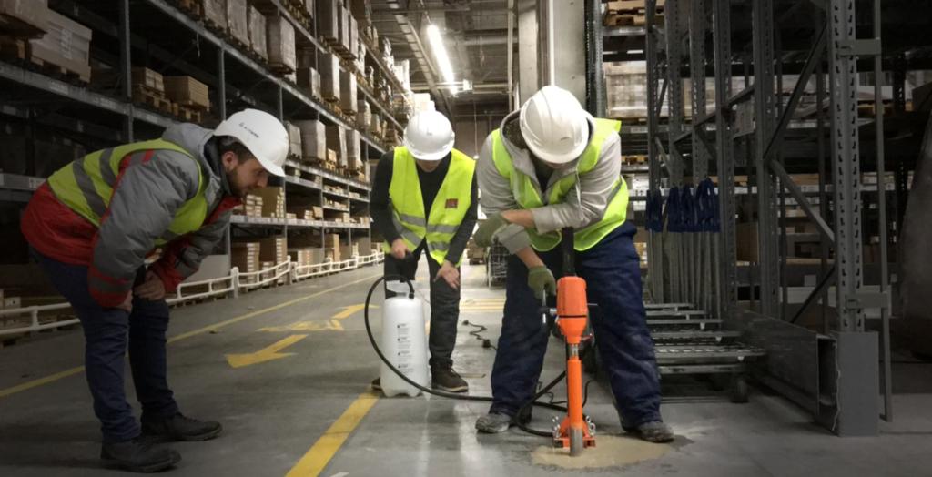 Специалисты проводят обследование в ходе экспертизы промышленной безопасности