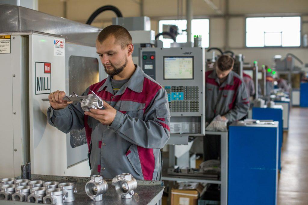 В период действия сертификата на производстве должны контролировать качество продукции. Именно по этим направлениям осуществляется инспекционный контроль