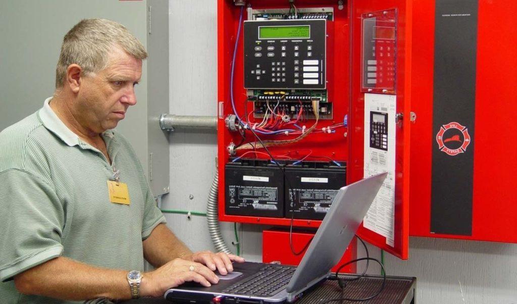 Специалист проводит обследование автоматической системы пожаротушения перед проектированием реконструкции здания.