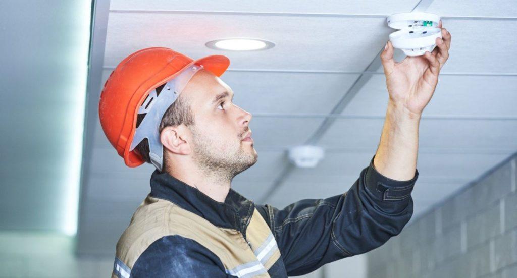 Специалист проводит обследование действующей системы сигнализации для разработки проекта, модернизации оборудования.