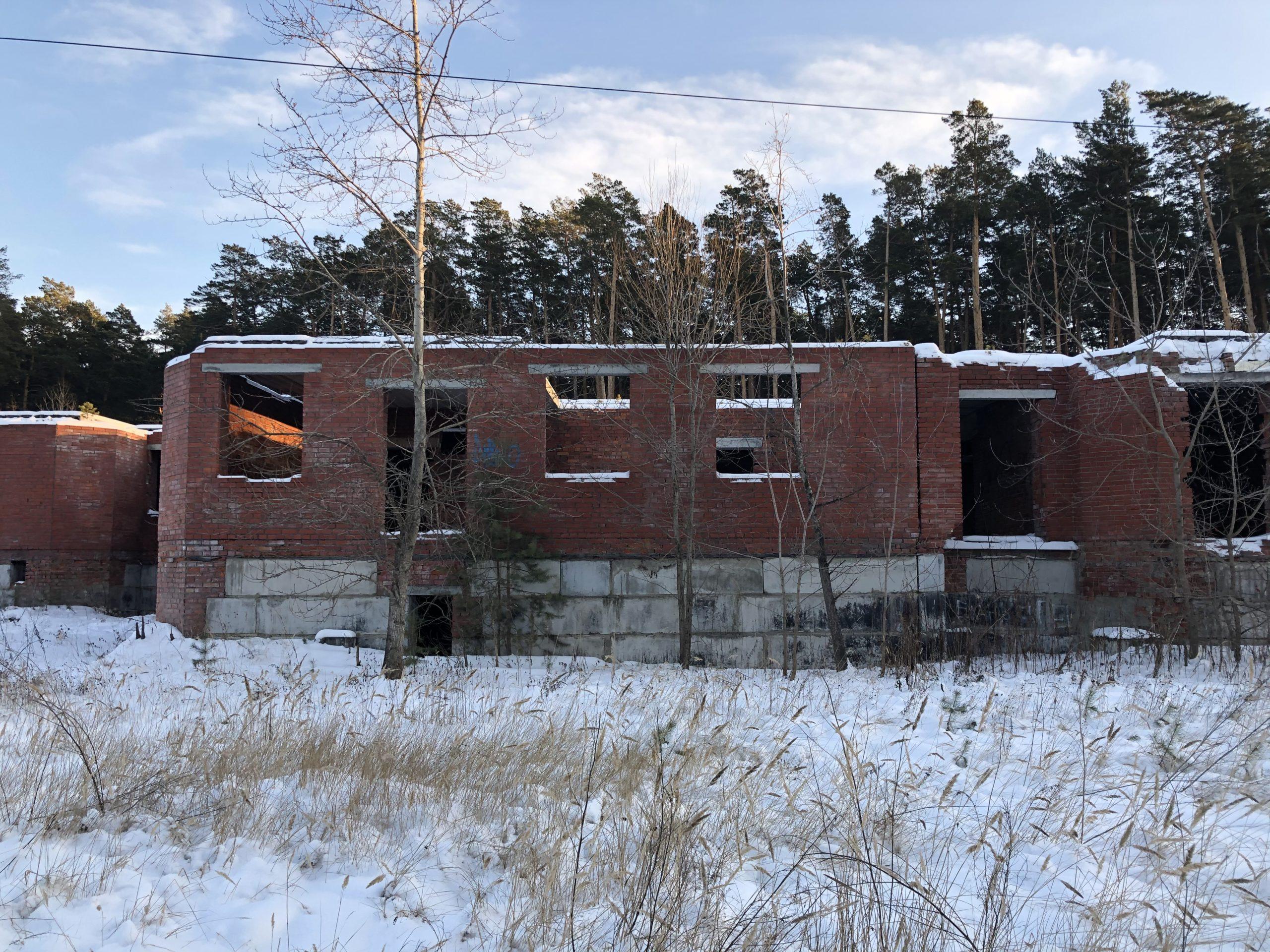 Объект незавершенного строительства, ранее поставленный на учет в ЕГРН, можно снести или демонтировать. На освободившемся месте можно строить новое здание.