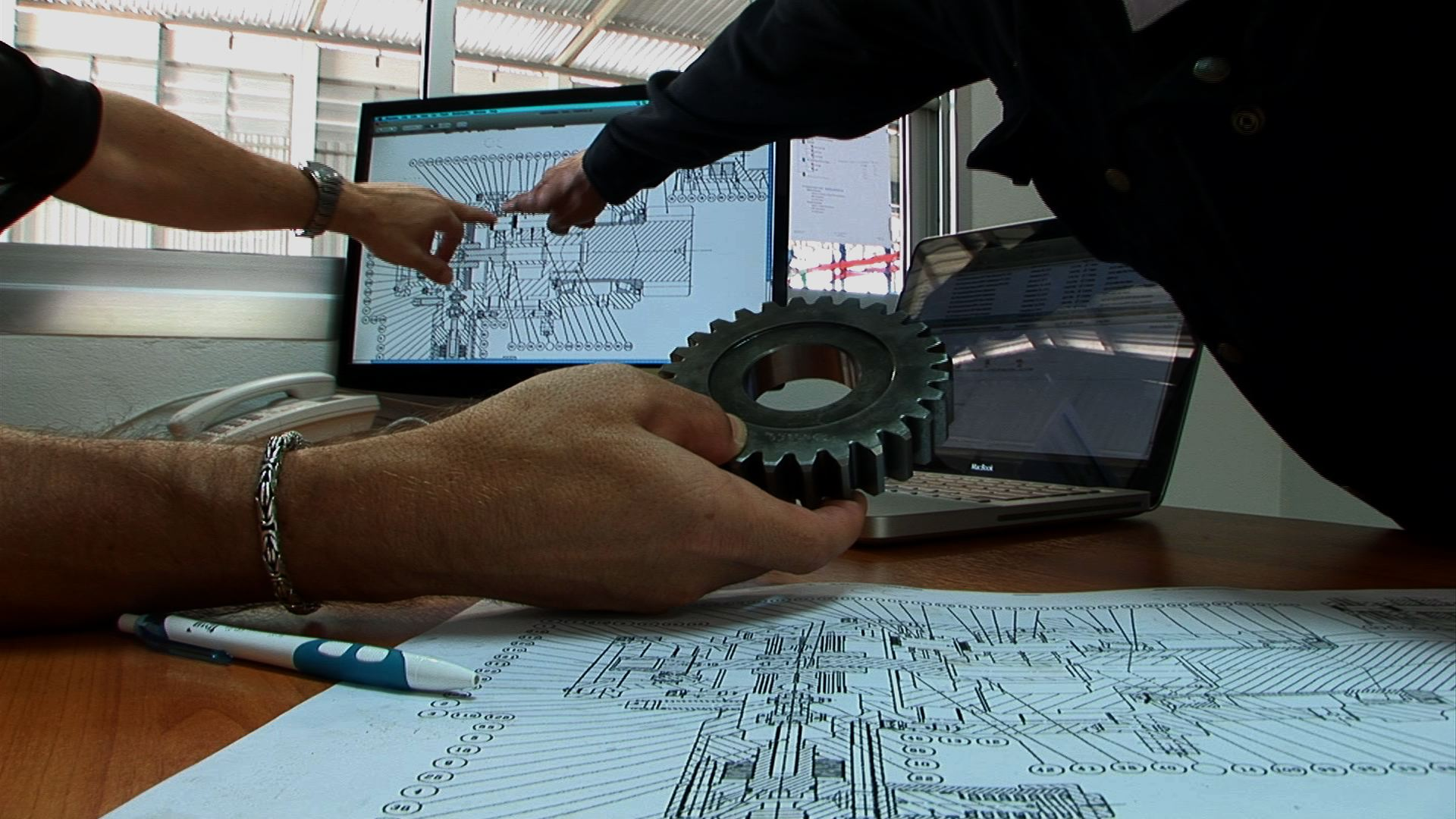 Судебная экспертиза может проводится в отношении качества изделий, строительных материалов и конструкций. Для этого также проводятся испытания, изучается документация на изделие.