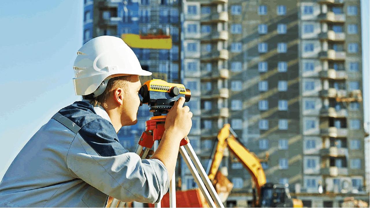 Кадастровые работы включают обмеры здания внутри и снаружи, определение местоположение строения на участке.