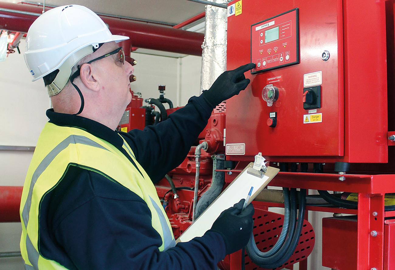 Специалист проверяет работу пожарной автоматики, которая должна начать тушение после получения данных с системы сигнализации.