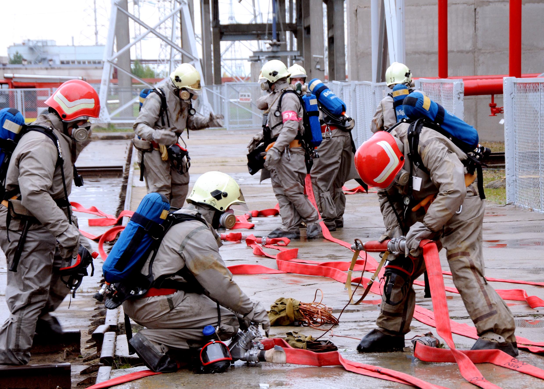 Для отработки планов тушения периодически проводятся практические занятия и инструктажи.