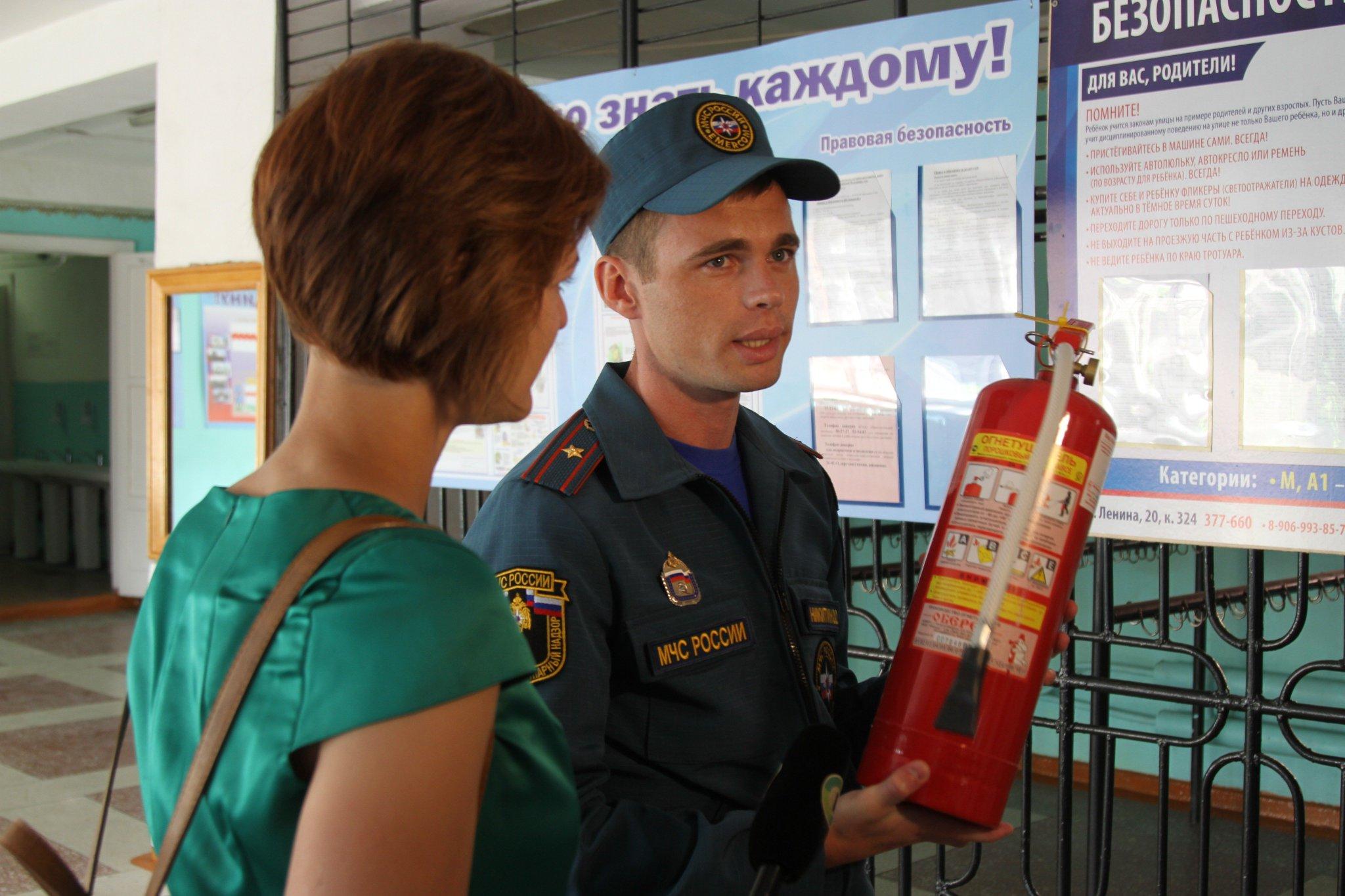Сотрудники МЧС регулярно проводят занятия по пожарной безопасности с персоналом, детьми и их родителями.