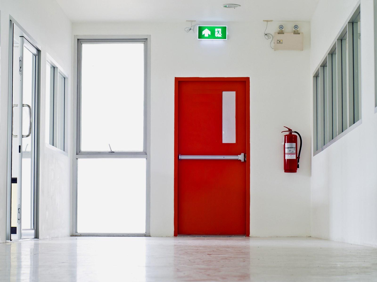 В ходе обследования здания эксперты проверят надлежащую работу и маркировку эвакуационных выходов.