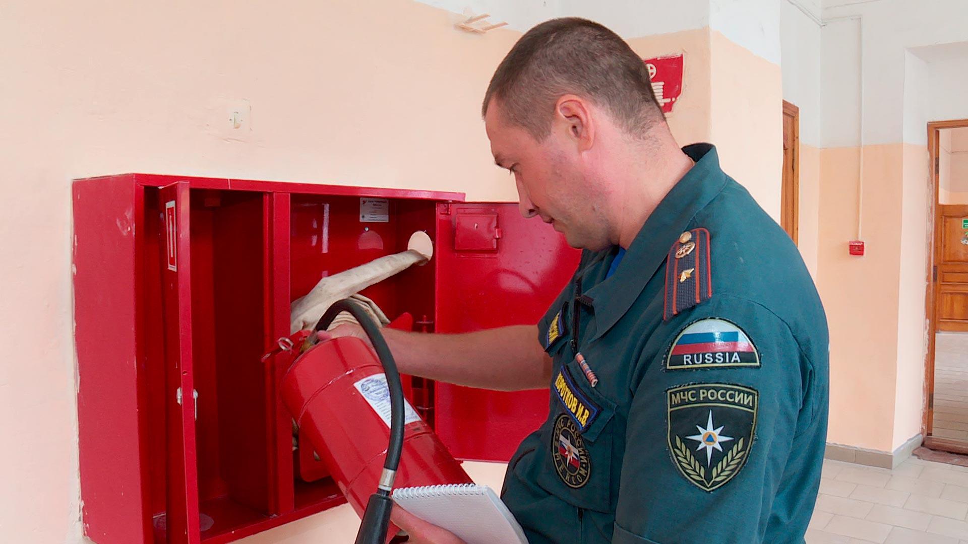 В перечень обязательных процедур входит проверка состояния средств первичного пожаротушения, сроков поверки огнетушителей.