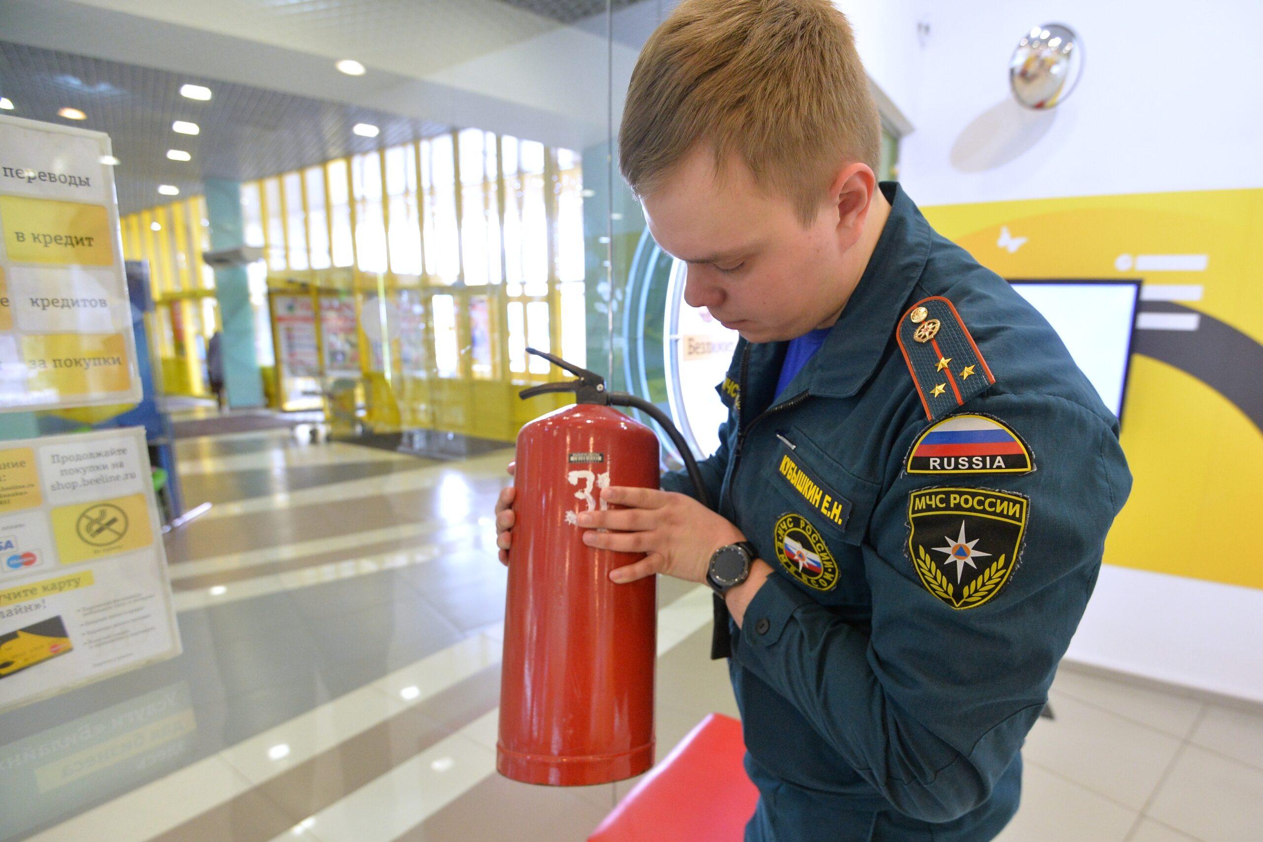 Инспекторы МЧС могут проверять все аспекты пожарной защиты бизнес центра - от наличия и работоспособности огнетушителей до соответствия по документам.