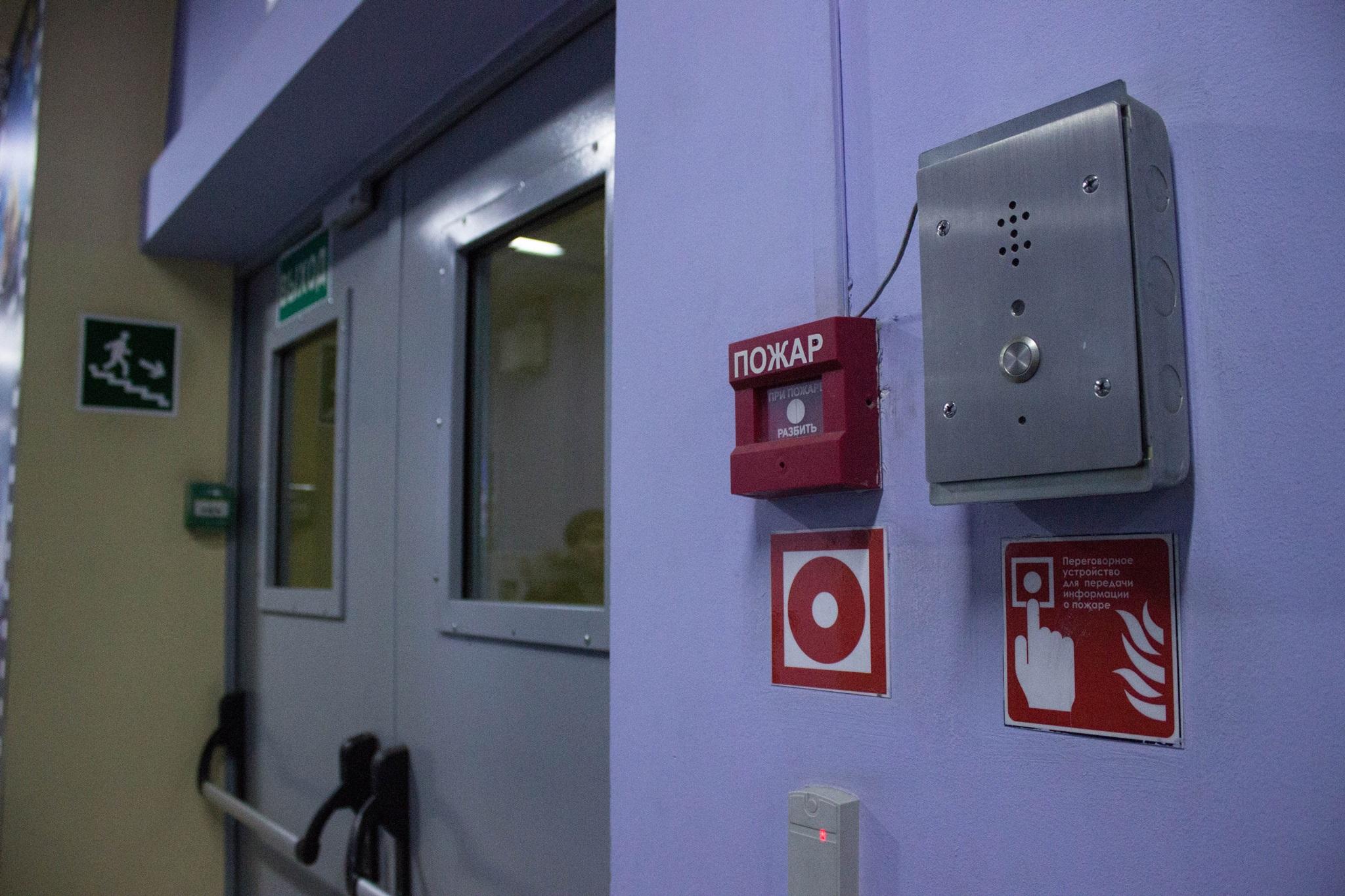 Особое внимание уделяется проектированию эвакуационных выходов. Они должны обеспечить эвакуацию всех посетителей и сотрудников ТЦ.