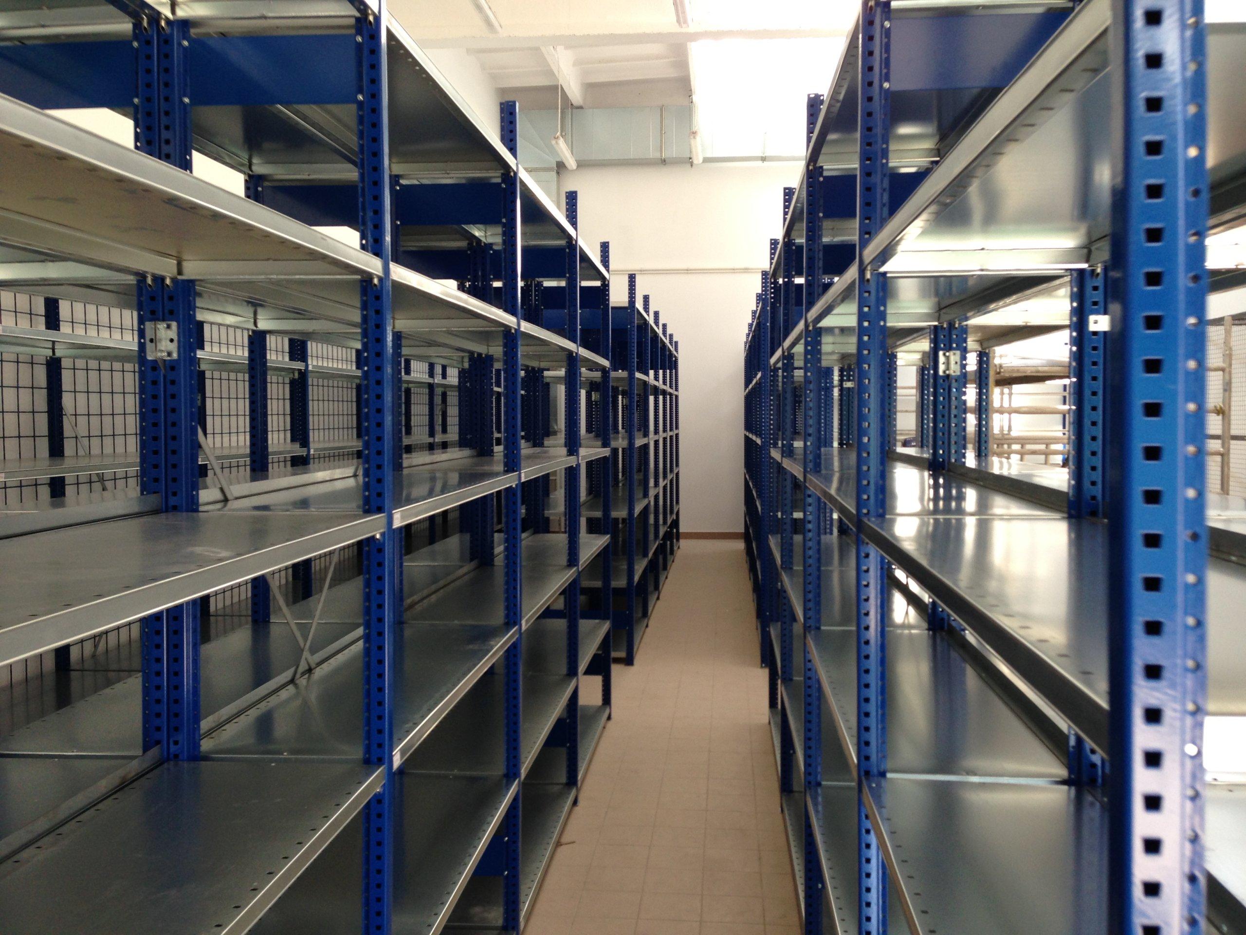 Пожарная безопасность складов зависит от планировки и особенностей помещений, состава хранимых материалов, типа конструкции и характеристик стеллажей.