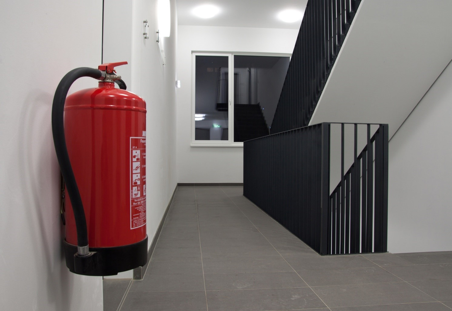 Система эвакуационных выходов бизнес-центра должна обеспечить быструю и полную эвакуацию всех людей.