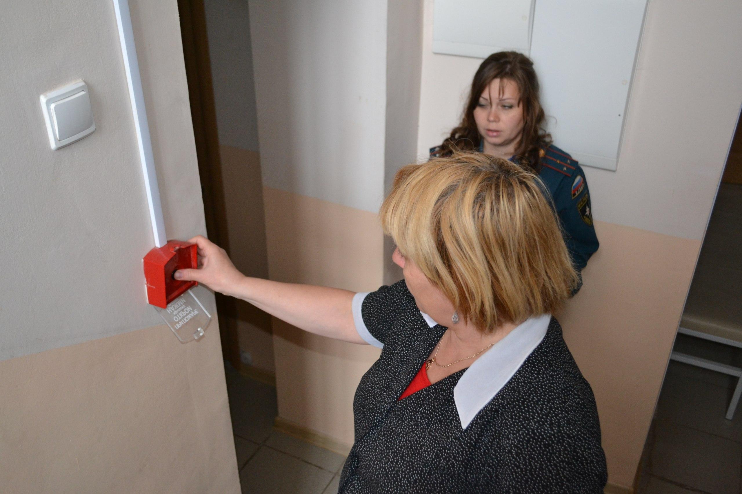 При обследовании объекта проверяется работоспособность систем защиты. На фото - идет проверка устройств ручного запуска сигнализации и пожаротушения.