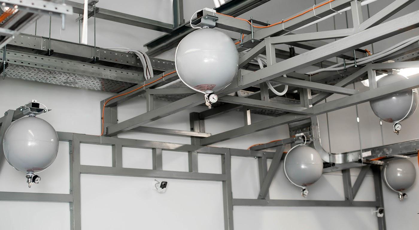 В системе газового пожаротушения используются негорючие газы. После получения сигнала с датчиков, газ начинает под давлением поступать в зону возгорания.