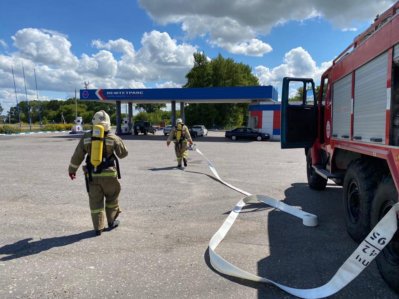 На АЗС периодически проводятся плановые учения МЧС. В ходе учений проверяется план тушения пожара. который должен быть на любой АЗС.
