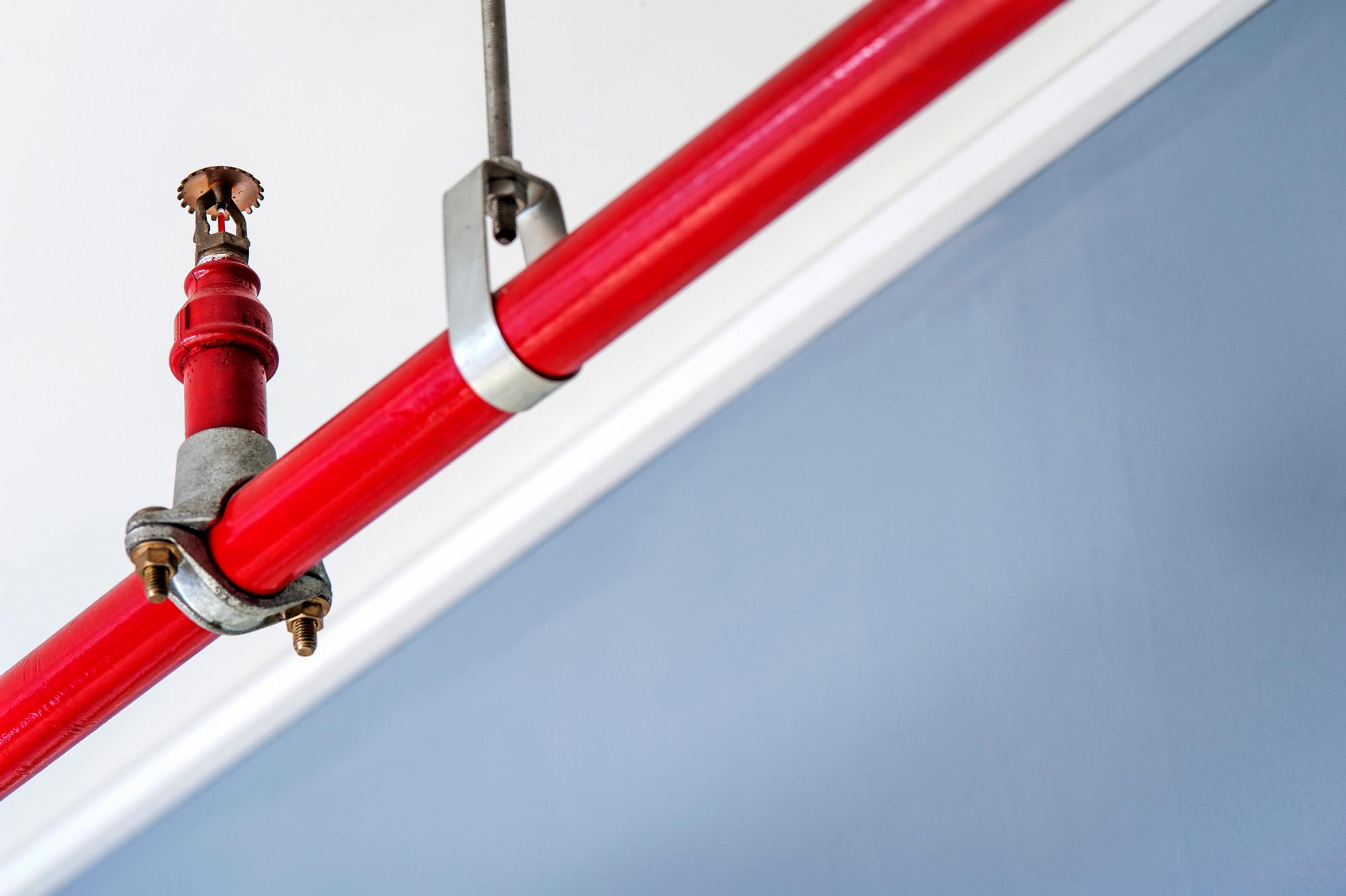 Проектировщики могут выбрать разные варианты крепления и размещения спринклеров. Это зависит от особенностей системы водопровода объекта.