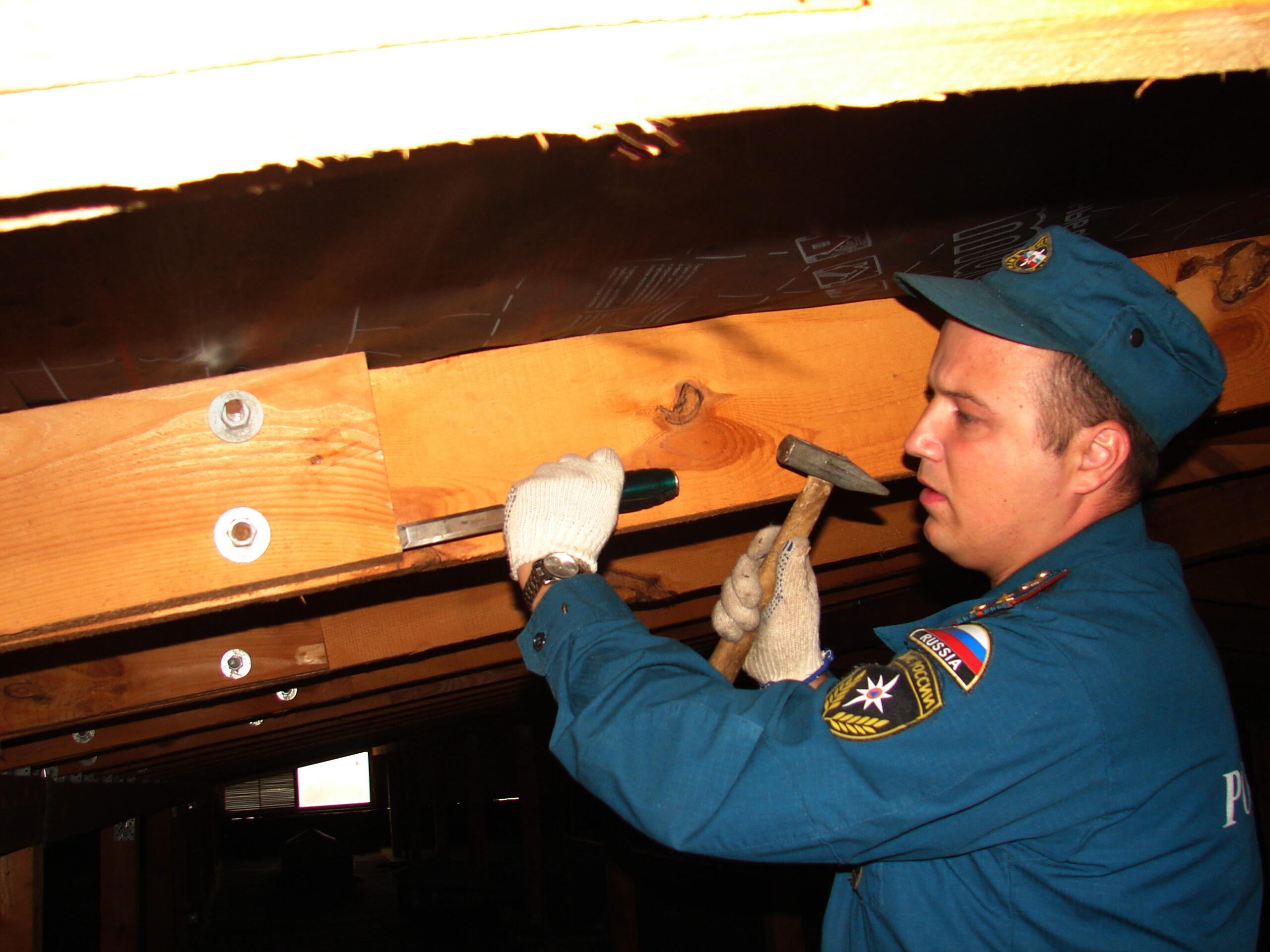 Инспекторы МЧС могут проводить проверки качества огнезащитной обработки. В самых сложных случаях для этого может назначаться экспертиза.