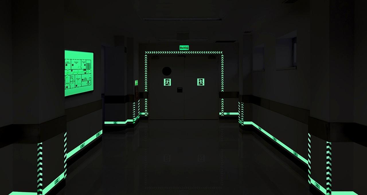 Так выглядит система управления эвакуацией в условиях отключенного электричества. Ориентация по схемам и знакам на фотолюминесцентных материалах намного проще.