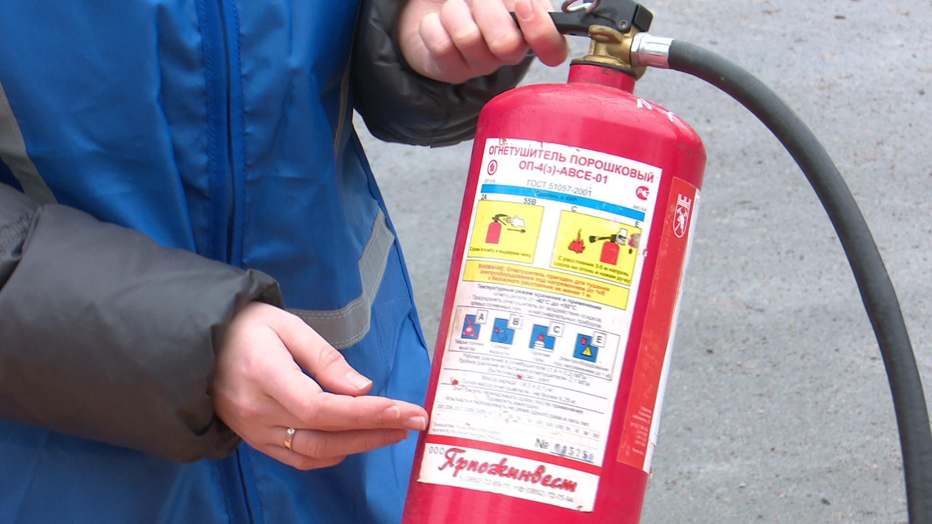 Обязательно проверяются огнетушители - нормы по количеству, места расстановки, своевременная поверка и перезарядка.