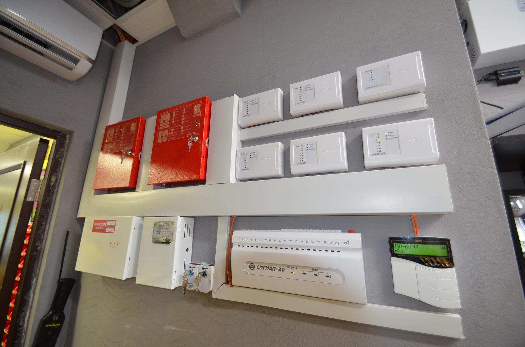 Каждая системы защиты имеет оборудование для контроля и управления. Обычно оно выносится в отдельные помещения.