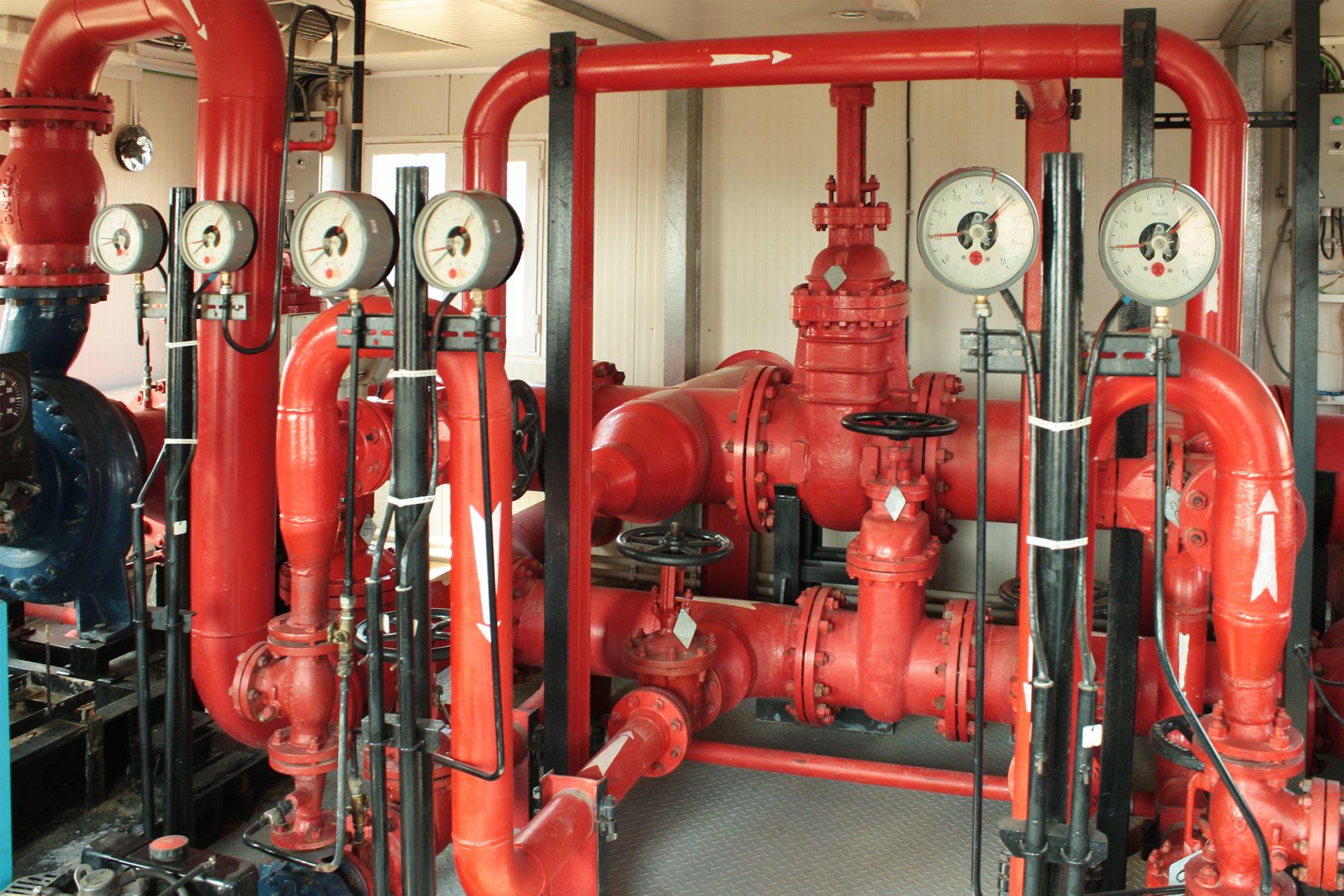 Пожарный водопровод должен обеспечить подачу воды до пожарных кранов в здании. Для этого могут применяться насосы, проектироваться насосные станции.