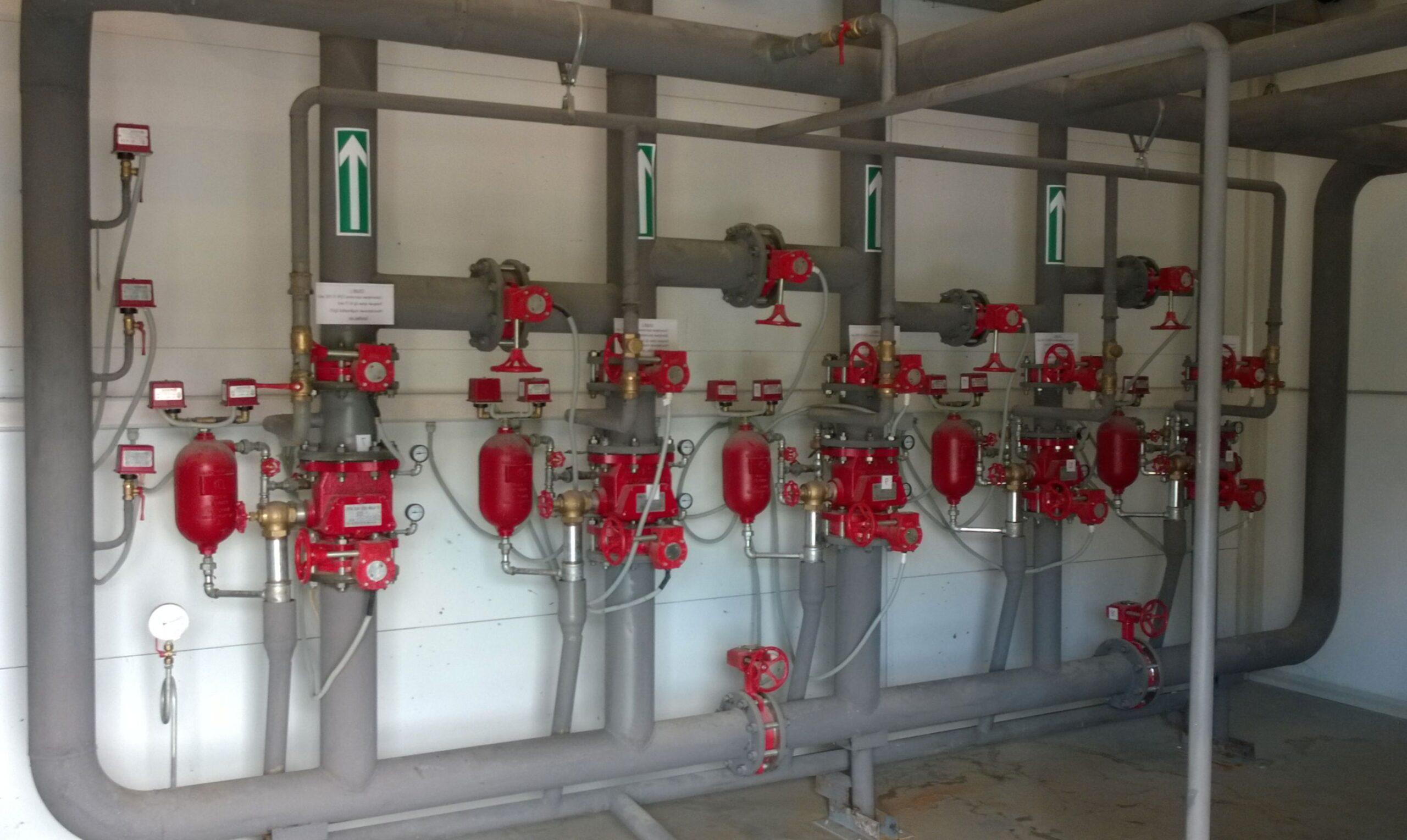 Внутренний пожарный водопровод обеспечивает водой пожарные шкафы. Из будут использовать пожарные расчеты при тушении огня внутри здания.