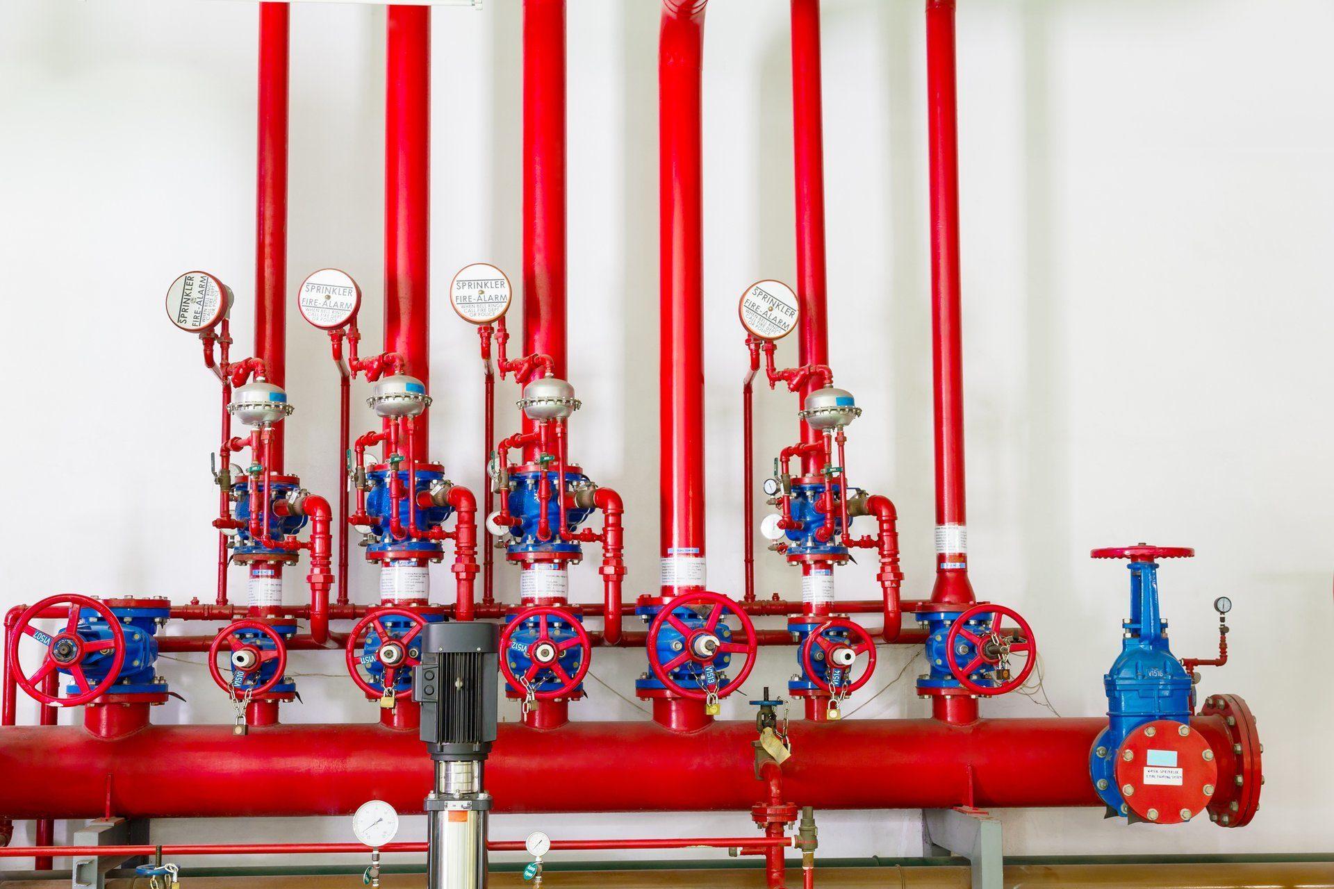 Система пожаротушения включает трубопроводы, насосы, датчики, а также устройства, которые распыляют тушащий состав.