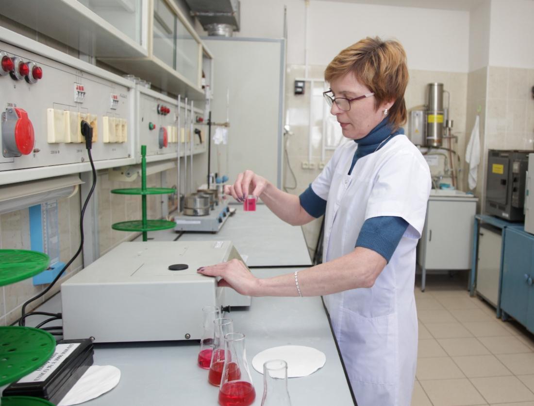 Эксперты проводят замеры показателей продукции, проверяют их соответствие экологическим нормам.