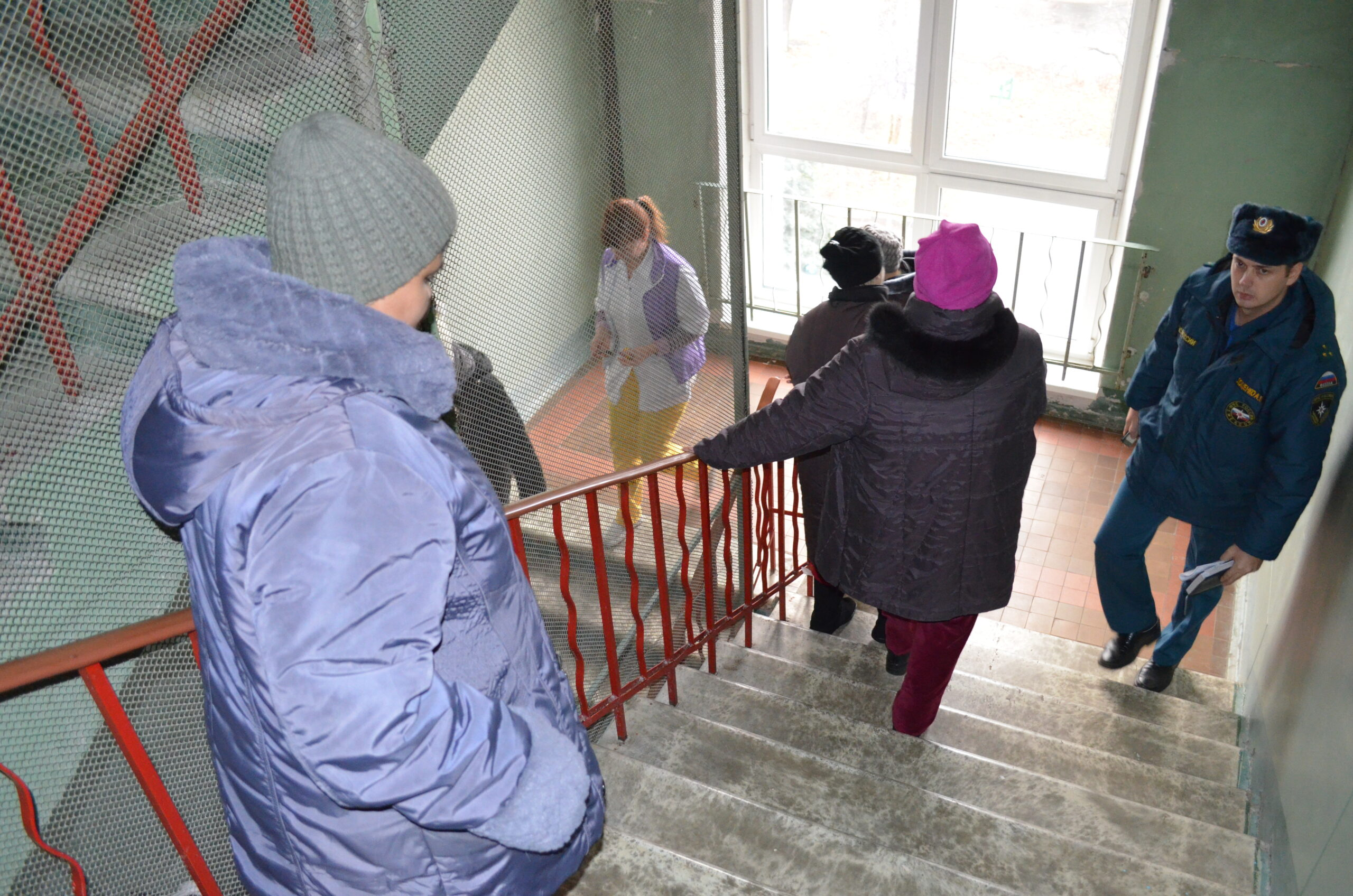 В соответствии с правила противопожарного режима на предприятиях должны проводиться плановые тренировки по эвакуации персонала и посетителей.