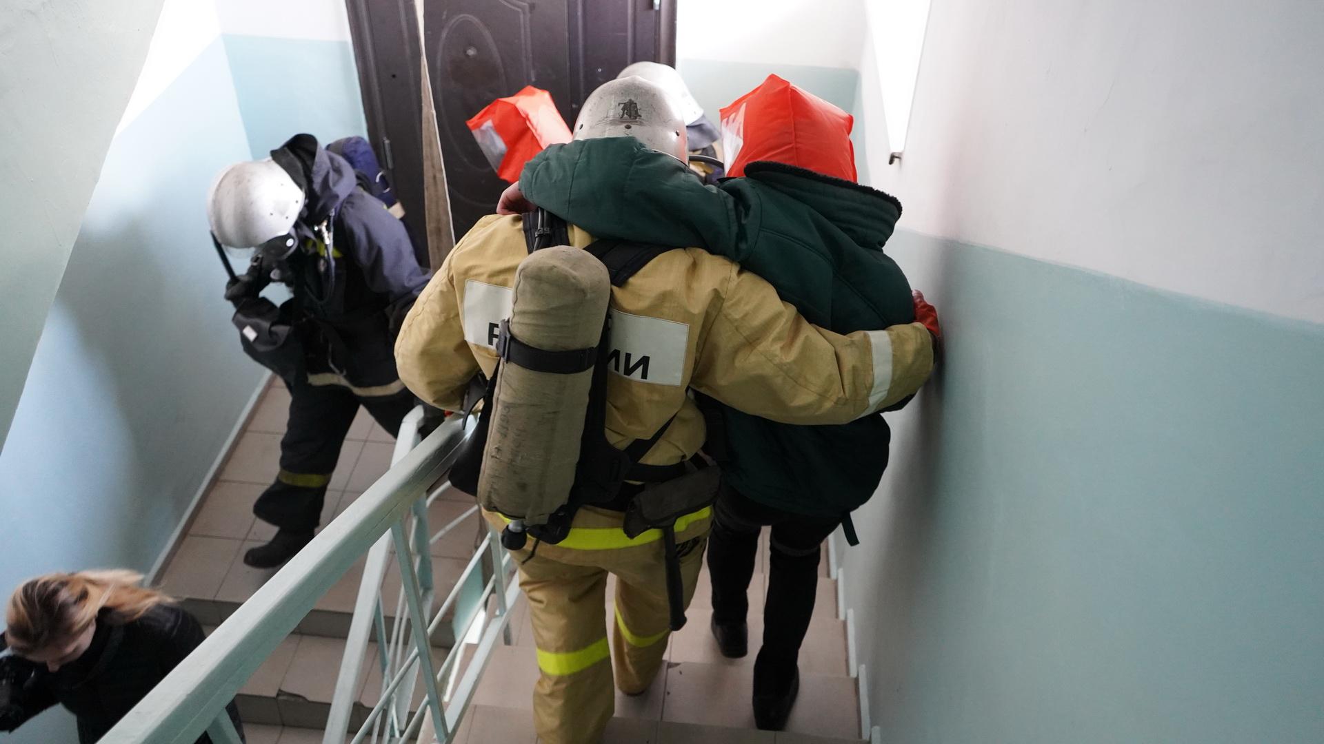 В соответствие с инструкциями осуществляется эвакуация людей из здания при пожаре.